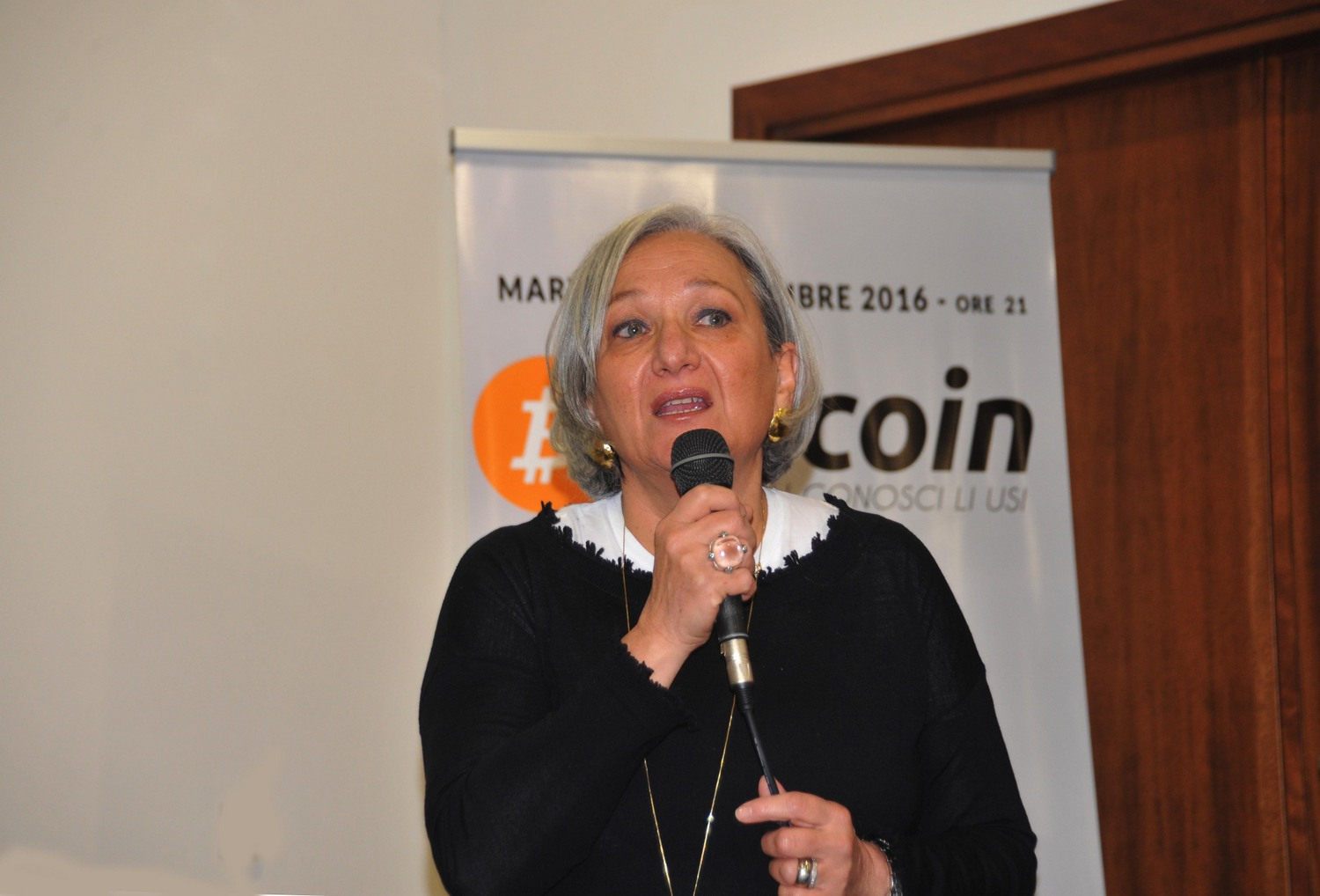 Anna Lapini explains the advantages of Bitcoin at a meetup in Arezzo